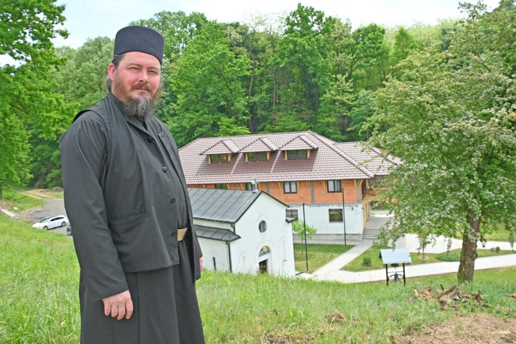 Јеромонах Доситеј Хиландарац изнад манастира